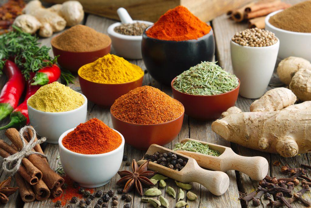 Bunte, aromatische Gewürze aus der Ayurveda-Medizin.