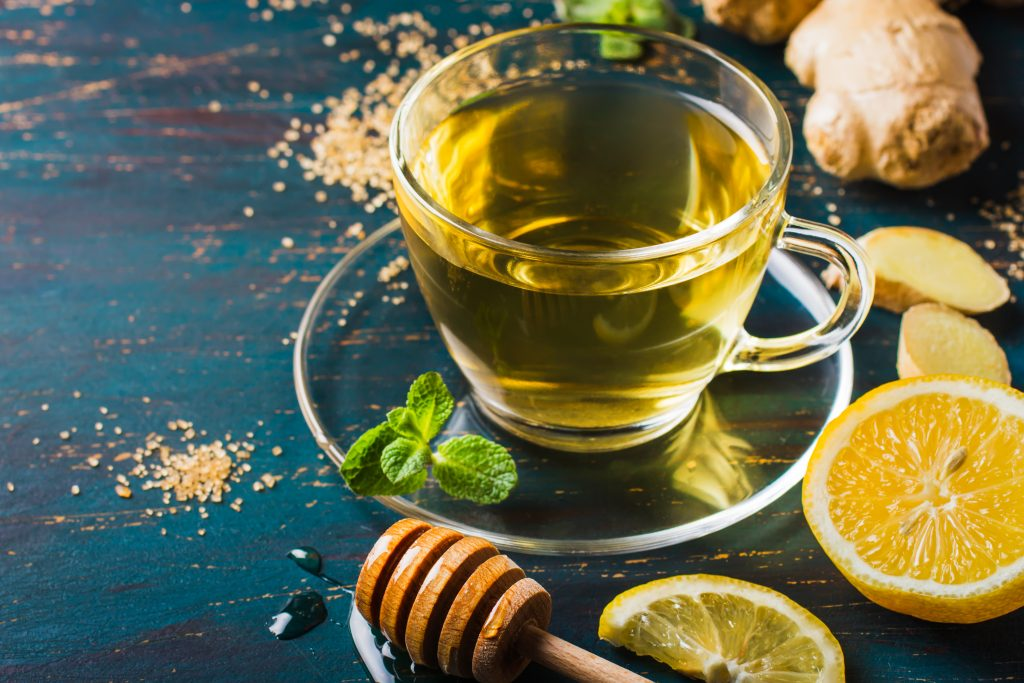 Eine Tasse Ashwagandha Tee mit Honig