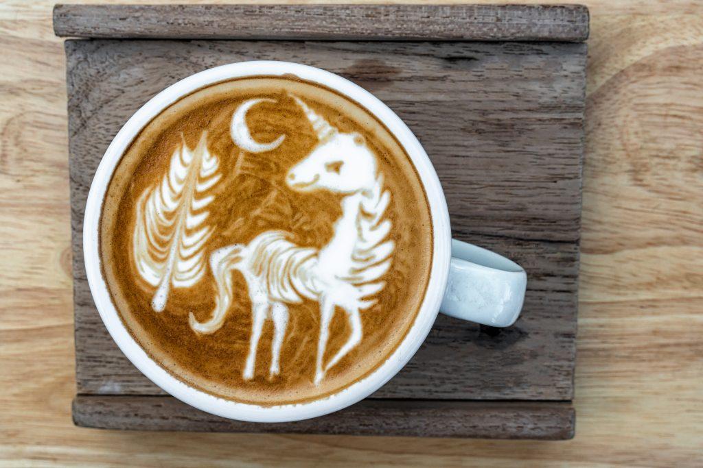 Eine Tasse mit Moon Milk.